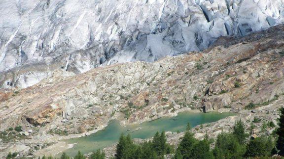A tranquil glacier lake