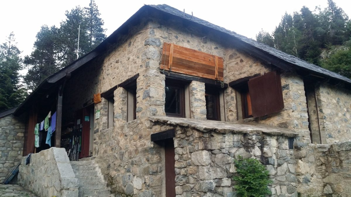 The small Refugio del Estany Llong