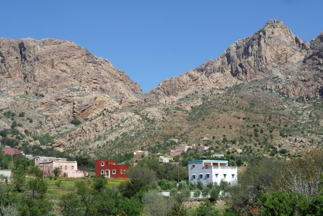 The area of Afantinzar and the foothills of Jebel El Kest seldom fail to impress. Here is a good place to spend the night by camping or staying in a local Gite. The crisp freshness of the atmosphere in the mornings and the quality of the light is magical.