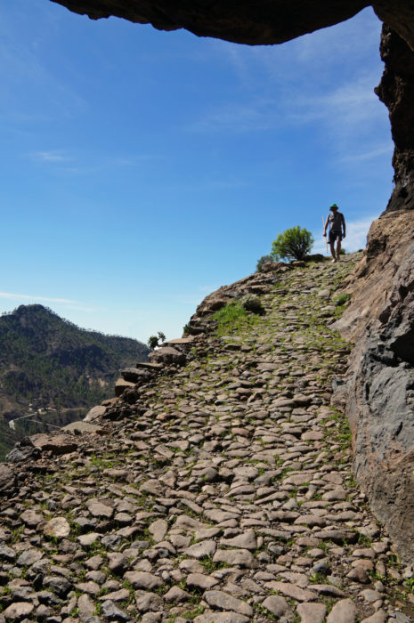 A remarkable path climbs from Cruz Grande with a rocky 'roof'