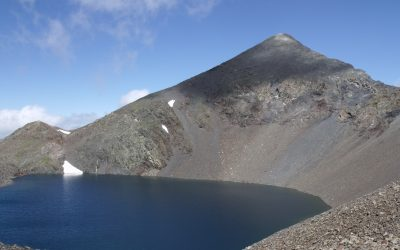 Pico Tebarrai above Ibón de Tebarrai