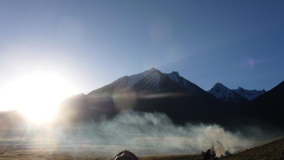 Morning fire: The first sun rays over our camp at Chaqmaqtin Lake
