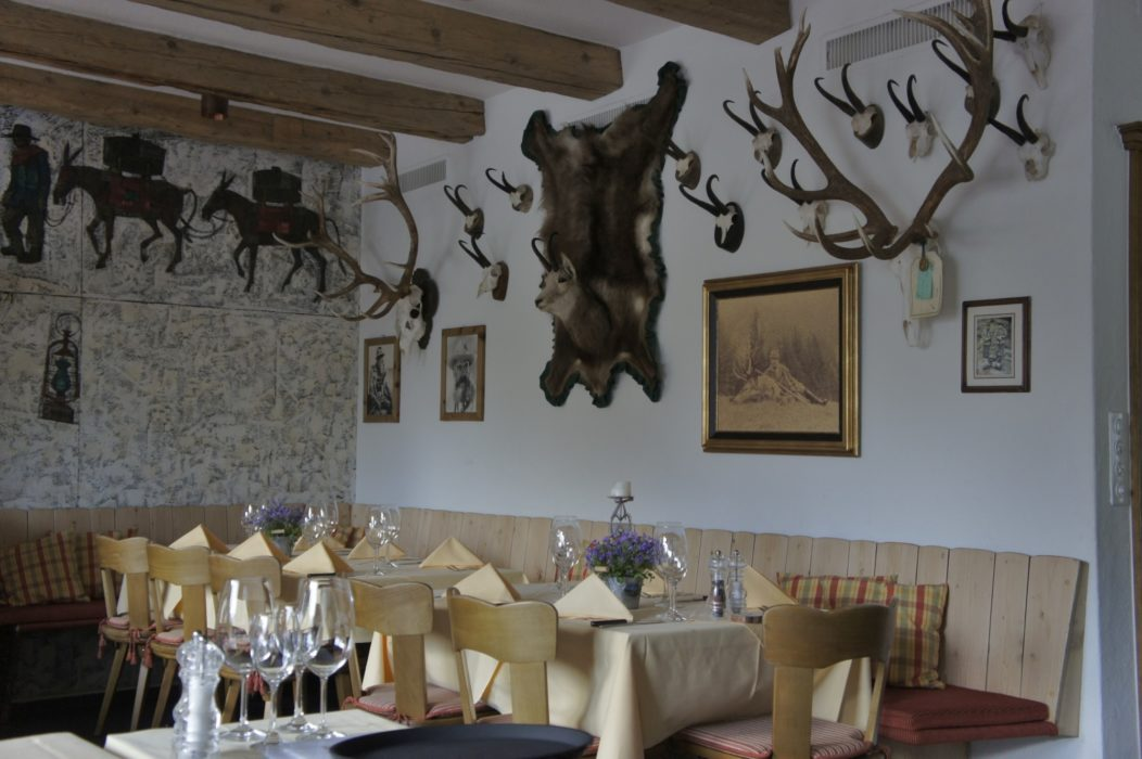 The cosy, atmospheric dining room in Hotel Roseggletscher