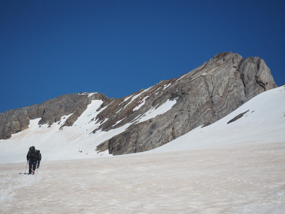 Climbers on the way to the ridge and some people already on the top of the Vignemale