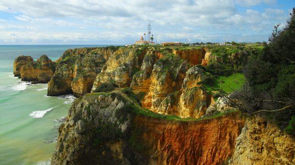 Farol da Ponta da Piadede lighthouse comes into sight