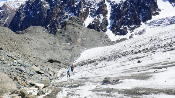 05 The trail crosses the edge of the Akturu glacier above its terminal moraine