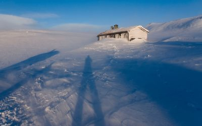 Long winter shadows and the DNT hut in the snow