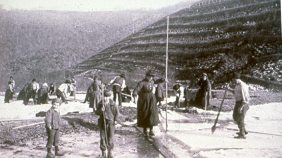 Workers In Action On The Ice Archivio Foto Ecomuseo Pistoia