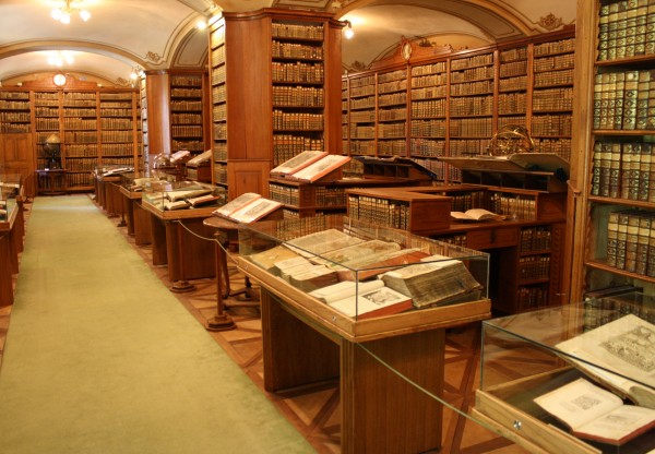 The library in Kalocsa's archbishops palace has a library of 150,000 ancient books